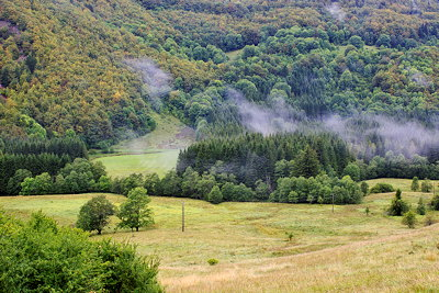 Lanscape photograph of the first autumn colors in Valserine valley