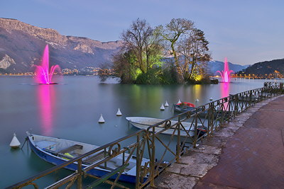 Long exposure photograph of Annecy lake by a winter dusk