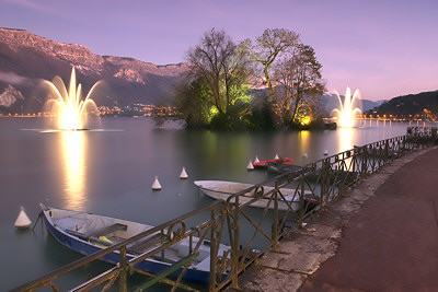 Photograph of Annecy lake by a winter dusk
