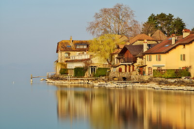 Long exposure image with houses along Geneva lake