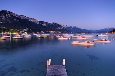 Long exposure photograph of Annecy lake by a late summer dusk
