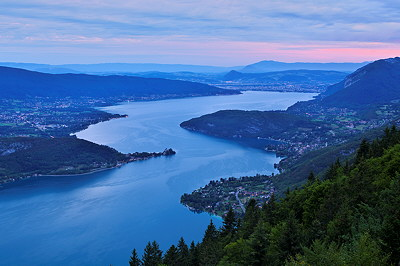Photo of Annecy lake at dawn time