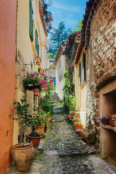 A narrow street in Collobrières - HDR