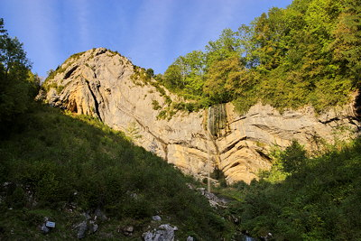 Picture of a waterfall falling along the cliff of a syncline fold